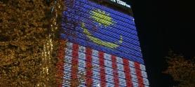 Bandera de Malasia en la fachada de un edificio.