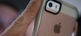 Persona usando su celular