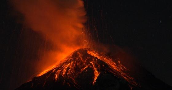 Volcán de Fuego en Guatemala emitiendo lava.
